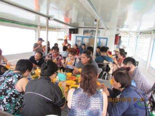 Du khách đang dùng cơm trên tàu tại Phú Quốc