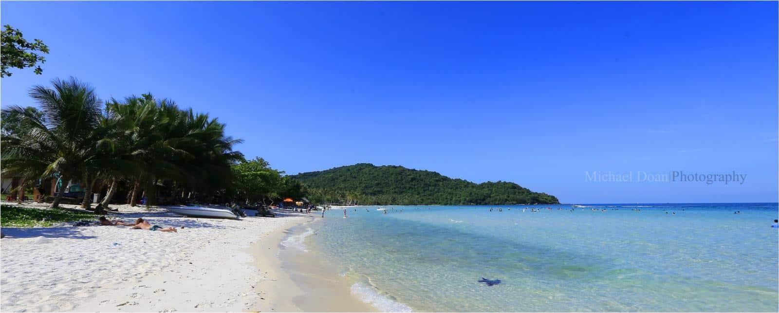 Bãi Sao được xem như bãi biển đẹp nhất Phú Quốc với màu biển xanh ngắt, cát trắng mịn như bột và và yên bình lặng sóng