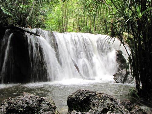 Suối Tranh là dòng suối rất đẹp nằm gần phía trung tâm du lịch của đảo. Dòng suối này vào mùa mưa nước tuôn rất mạnh mẽ