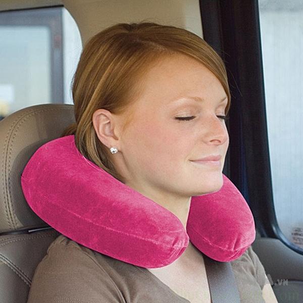 Một chiếc gối tựa chữ U sẽ giúp bạn đỡ mỏi cổ hơn khi ngủ trên xe