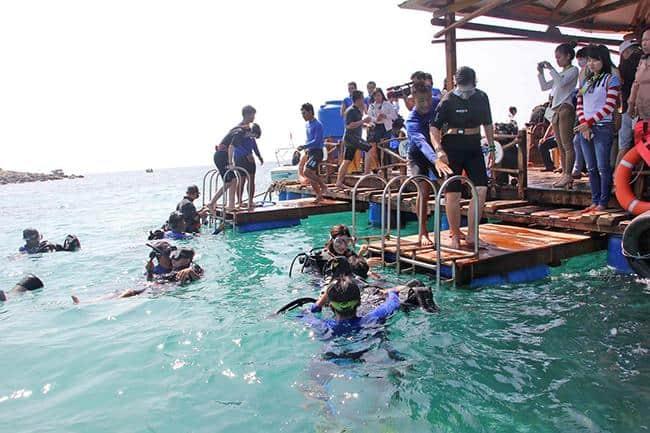 Du khách đang lặn ngắm san hô