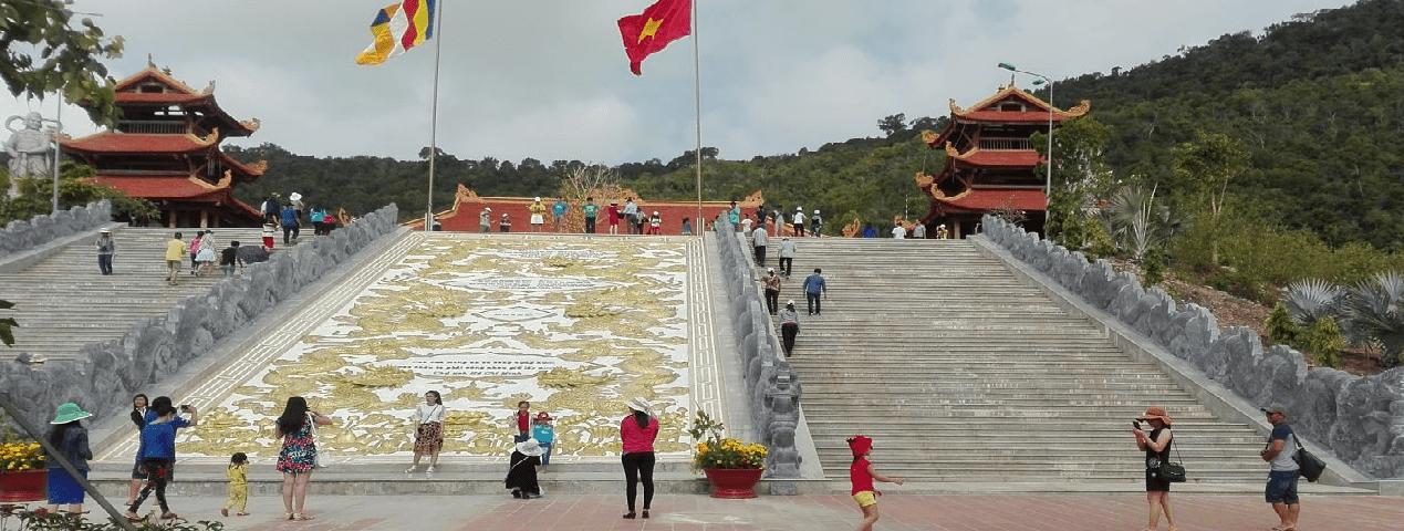 Bức tranh chạm khắc rồng phượng giữa cầu thang lên chính điện