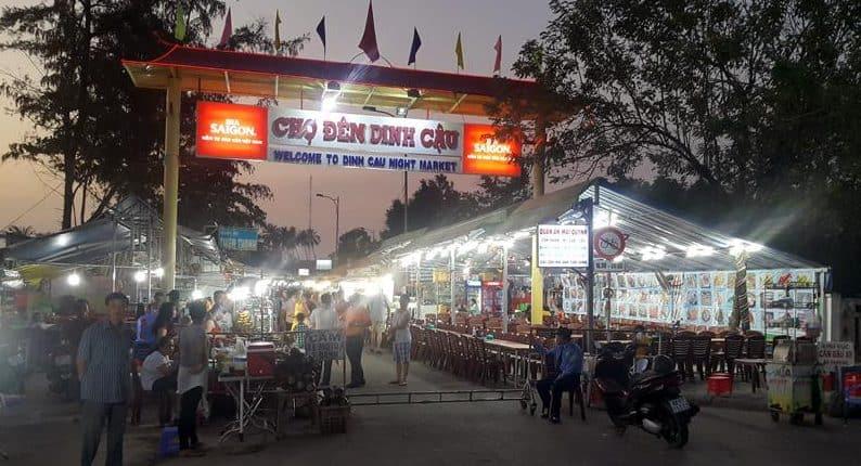 Chợ đêm Dinh Cậu nhộn nhịp nhất là vào buổi chiều tối