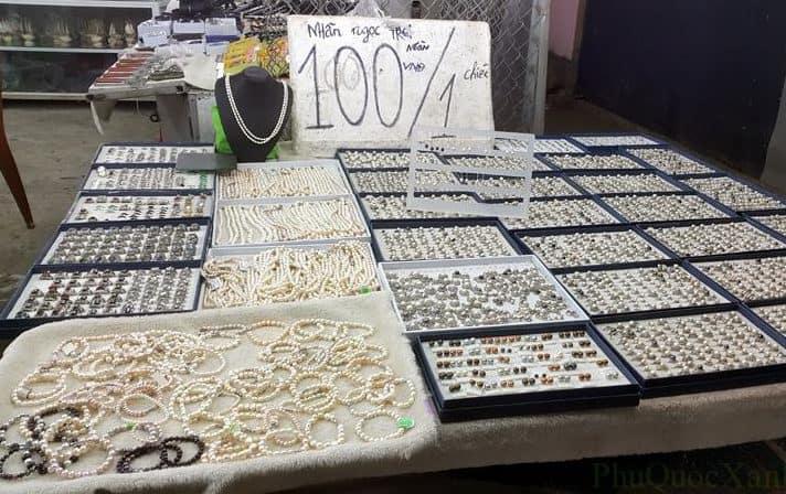 Ngọc trai giả và ngọc trai Trung Quốc được bày bán rất nhiều ở chợ đêm