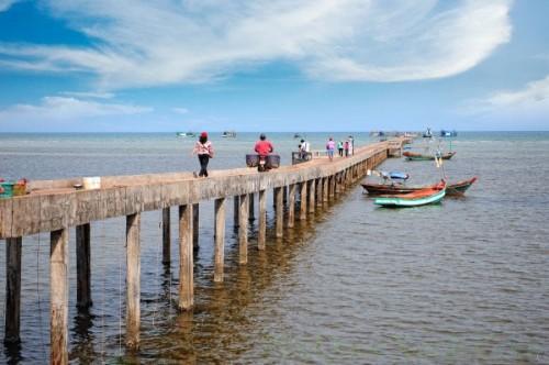Làng chài cổ Hàm Ninh, bạn có thể mua hải sản tươi ngon với giá rất rẻ