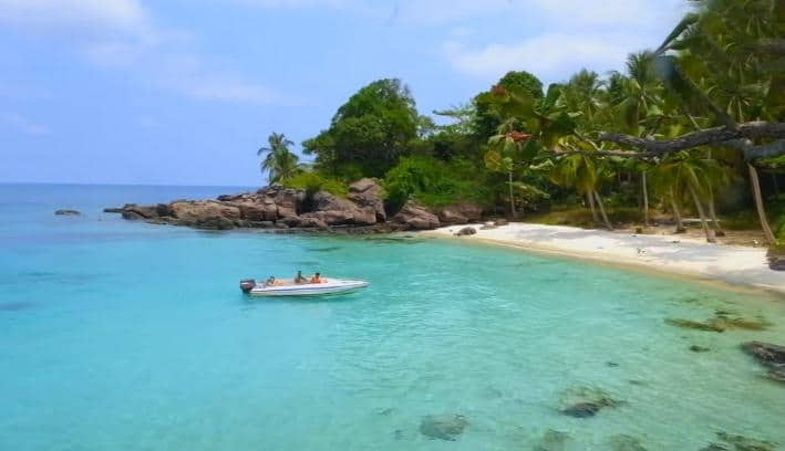 Biển xanh văn vắt của Hòn Móng Tay