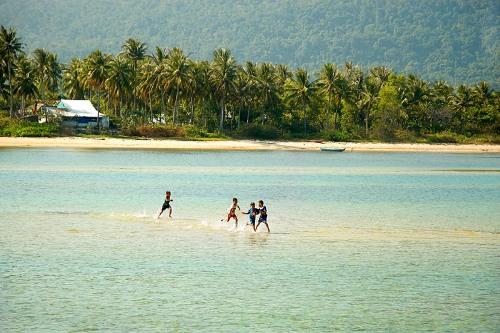 Làng chài Hàm Ninh đặc biệt ở chổ dù đi cách xa bờ vài chục mét, nước vẫn chỉ xâm xấp chân