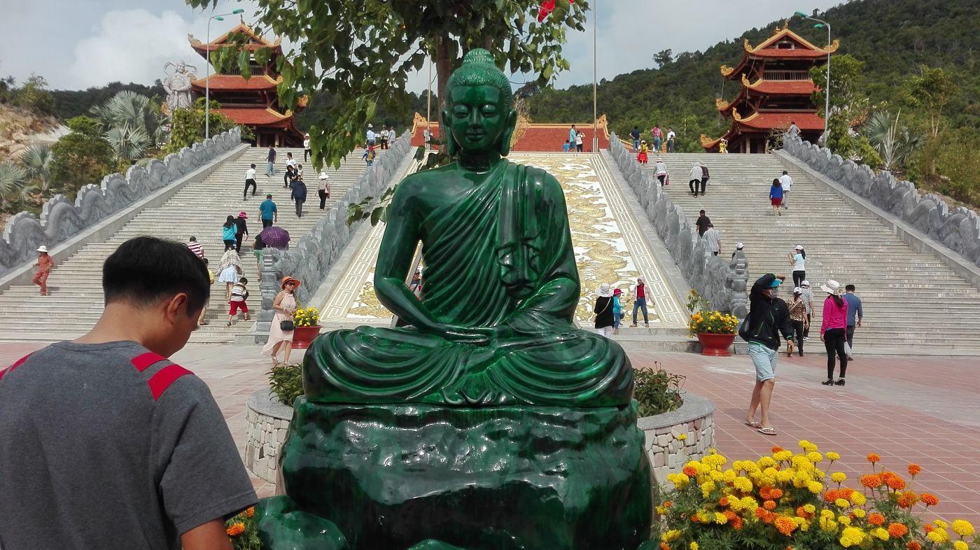 Tượng Phật Ngọc đặt giữa khuôn viên chùa