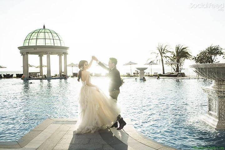 chụp ảnh cưới tại bể bơi resort vào buổi hoàng hôn