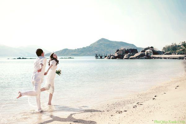 Hình cưới tung tăng trên bãi biển phú quốc