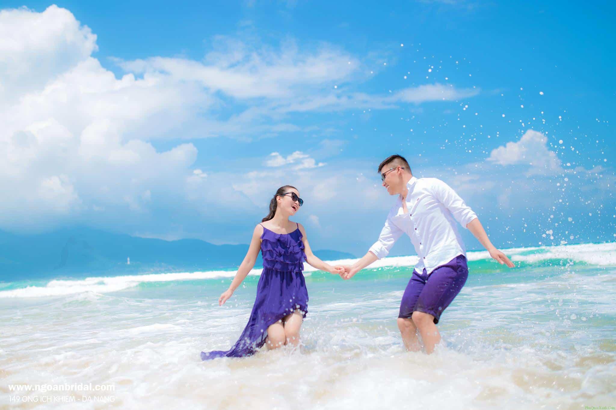 Được tung tăng vẫy vùng giữa biển khơi là một trong những giây phút lãng mạn nhất khi chụp ảnh cưới ở Phú Quốc. Ảnh:phuquocxanh.com