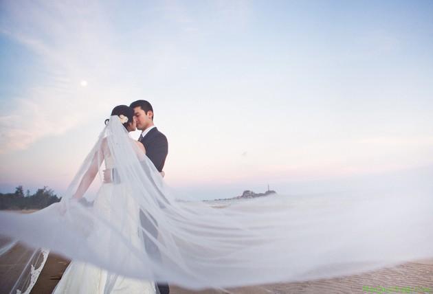 Nhẹ nhàng, lãng mạn, ngọt ngào là những tính từ miêu tả chính xác nhất cho bức ảnh cưới này. Với chiếc váy cưới bồng bềnh, với bộ comle lịch lãm, cặp đôi trông thật sang trọng, quý phải. Ảnh:phuquocxanh.com