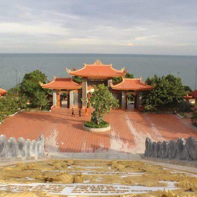 Viếng thăm Chùa Hộ Quốc trong tour Lào Cai-Phú Quốc 4 ngày 3 đêm