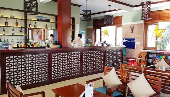 Không gian nhà hàng sang trọng và cũng không kém phần ấm cúng