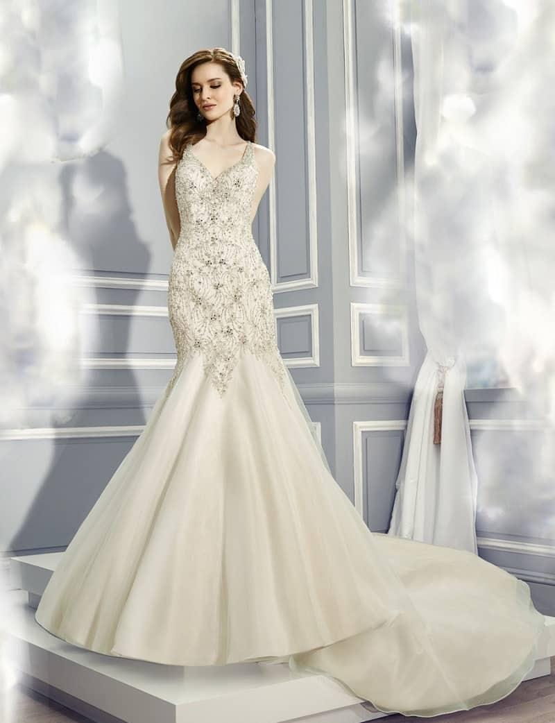 Nhưng để nổi bật ưu điểm bạn nên lựa chọn những kiểu soiree đuôi cá, cúp ngực. Dáng váy này sẽ tôn nét đẹp quyến rũ và thân hình hoàn hảo của cô ...